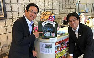 原中副議長と福岡堅樹選手をモデルにしたラガードールを囲んで
