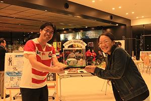 ラガードールを制作した博多人形師の鶴田加奈子さんと