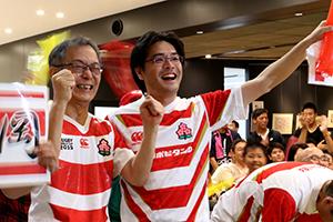 福岡選手がトライを決めて感極まる父の父綱二郎さん