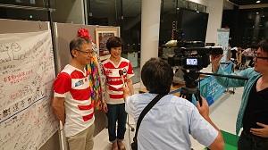 インタビューを受ける福岡選手のご両親2