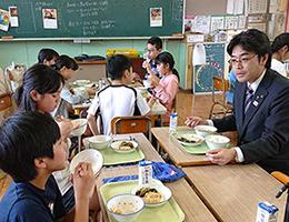児童と給食