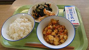 メニューは麻婆豆腐、揚げ餃子、海藻サラダ