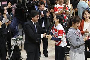勝利に博多人形師の鶴田加奈子さんと握手