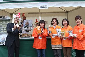 観光協会の皆さん・九州鶏すき学会特別開発「鶏すきまん」