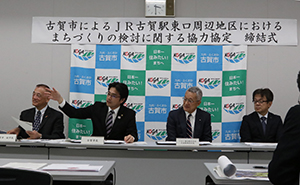 メディア各社に協定の意義と古賀駅東口周辺整備の構想の概要を説明