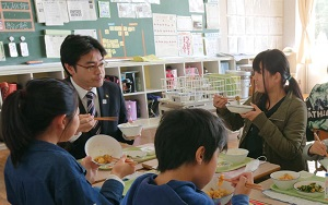 千鳥小6年生と給食をいただきました