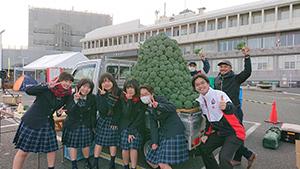 「農家直売!軽トラ市」古賀竟成館高校の生徒の皆さんとブロッコリーのツリー