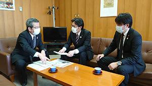 自民党県議団の松本國寛会長を吉田健一朗県議と訪問