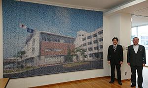 古賀竟成館高校の生徒が制作したモザイクアート 伊藤啓一校長と