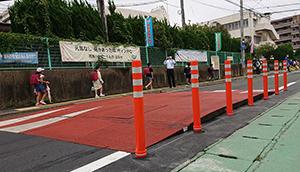 花見小学校近くに車両の速度抑制を図る「可搬型ハンプ」を設置