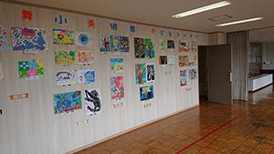 廊下側の壁面には児童の作品を展示する「子どもコーナー」も