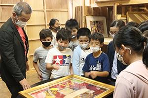 授業では特別に収蔵庫も公開 ゲストティーチャーはNPO法人古賀市文化協会 坂﨑隆一常任理事