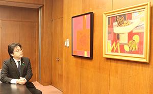 市長室には赤星孝さんの「赤の静物」(1958年)と信子さんの「立つ」(2013年)を