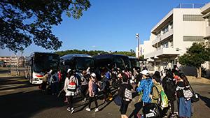 古賀西小学校の6年生 修学旅行に出発(古賀西小Facebook)