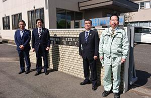 三洋工業九州システムの中島信之社長、福岡工場の佐々木俊明工場長、古賀市議会の井之上豊議員と