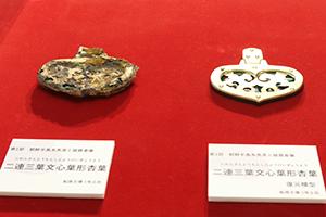 出土した玉虫の装飾を施した馬具(左:現物 右:復元模型)