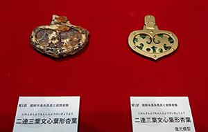 玉虫装飾の馬具(杏葉)の実物と復元模型