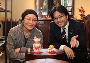 博多人形師の鶴田加奈子さんから来年の干支・丑の人形を古賀市に寄贈していただきました