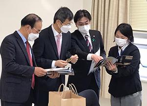 韓国総領事に玉虫装飾馬具を説明