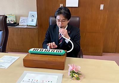 鍵盤ハーモニカを披露する市長
