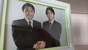 事務所にいつも飾っている小川知事との写真