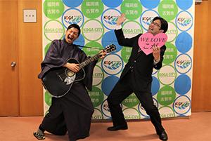 KBCの「ふるさとWish」の企画で、ギター侍でおなじみの波田陽区さんが25日午後、古賀市役所に