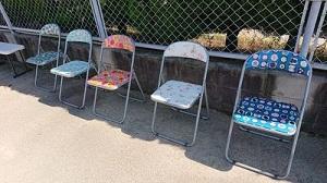 色とりどりのパイプ椅子で休息